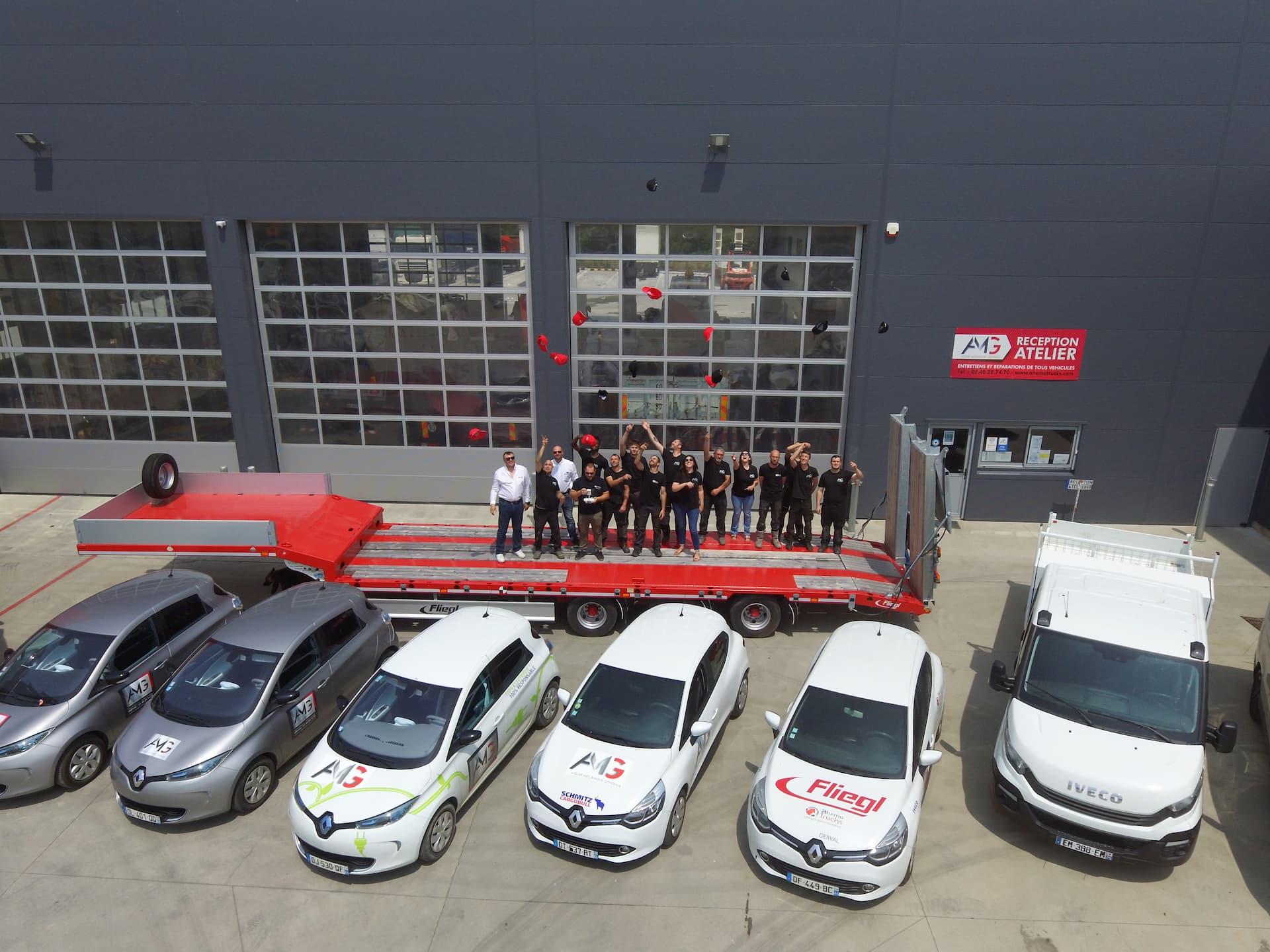 Vue aérienne des locaux extérieur Ahema Trucks avec photo de l'équipe